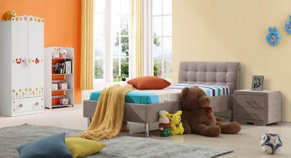 מיטה קלי על רקע חדר הילדים