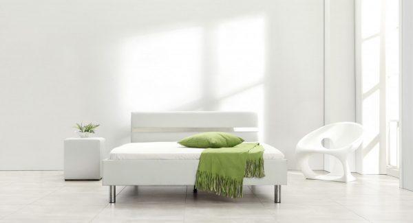 חדר שינה חזית מיטה זוגית מעוצבת מרופדת דמוי עור לבן עם פס ניקל דגם אלרו