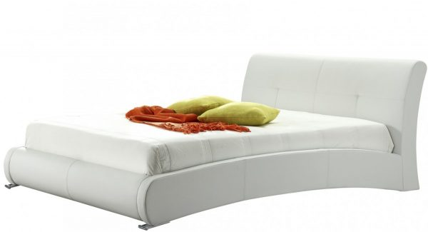 מיטה זוגית אמבר מרופדת דמוי עור בצבע לבן זוית 45