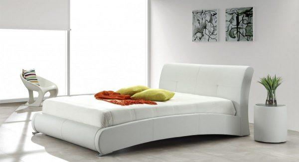 מיטה זוגית אמבר מרופדת דמוי עור בצבע לבן תמונת רקע