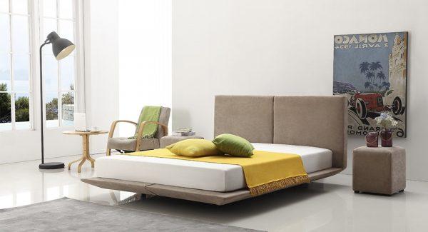 מיטה מרחפת מרופדת בד בגוון חום-אפרפר, מיטה זוגית בעלת 6 רגליים מרכזיות אשר נותנות לה את אפקט הריחוף