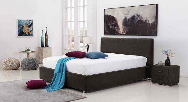 חדר שינה עם מיטה זוגית מעוצבת מרופדת בד אפור כהה עם ארגז מצעים דגם לופטי רקע