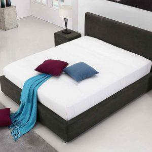 חדר שינה עם מיטה זוגית מעוצבת מרופדת בד אפור כהה עם ארגז מצעים דגם לופטי