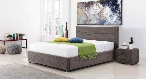 חדר שינה עם מיטה זוגית מעוצבת עם ארגז מצעים מרופדת בד מייקרופייבר בצבע אפור