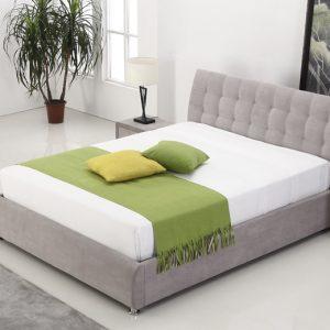 חדר שינה עם מיטה זוגית מעוצבת מרופדת בד אפור עם ארגז מצעים דגם מלאני