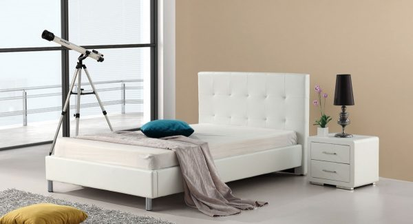 מיטת נוער סוון מרופדת דמוי עור בצבע לבן תמונת רקע